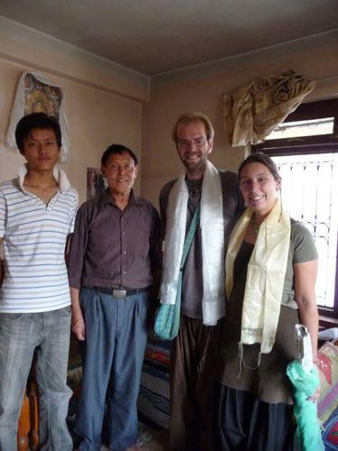 Kunga, son papa et les echarpes de soies blanches
